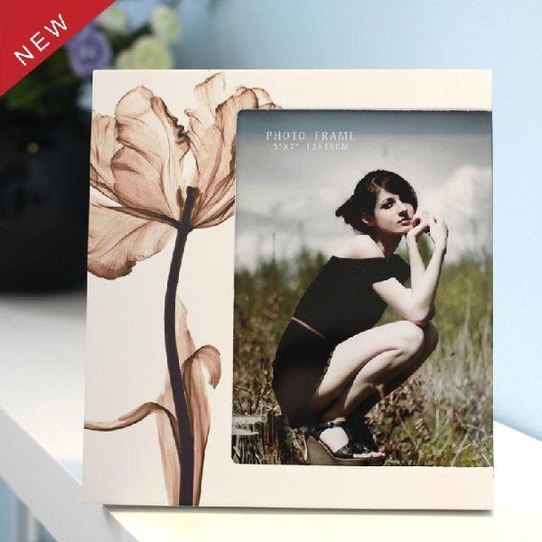 Moderne Einfachheit Art Holzbilderrahmen mit Blumenblätter Druck weiß 5 x 7 Fotorahmen für Schreibtisch Display Hochzeitsgeschenke