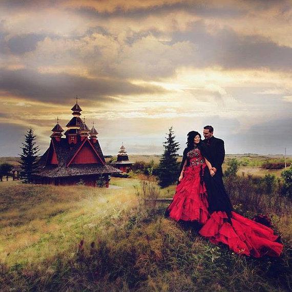 2015 Robes De Mariée Gothiques Rouges Hors Épaule Cap Manches Luxueux Cathédrale Train Halloween Thème De Mariage De Mariage Robes De Mariée