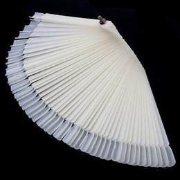 Großhandel-Pro 50Tips Natürliche Falsche Nail art Farbkarte Display für Nagellack UV Gel Display Faltbare Praxis Fan Board Display von Fabrikanten