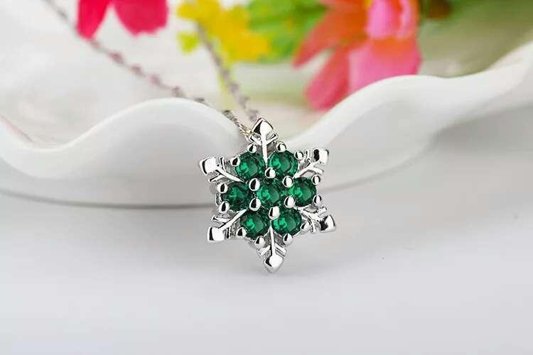 bir zincir ile yeşil kolye
