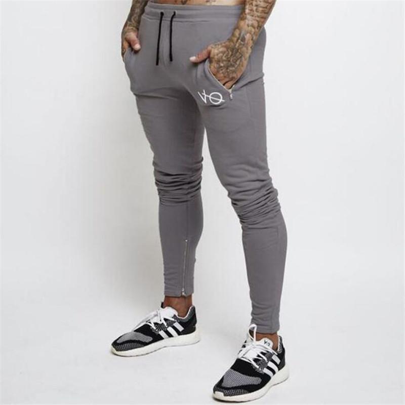 pantalones de color gris oscuro