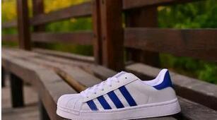 weiß mit blauen