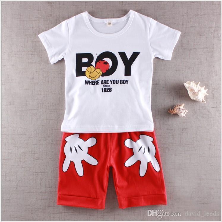 T-shirt bianca + pantaloncini rossi