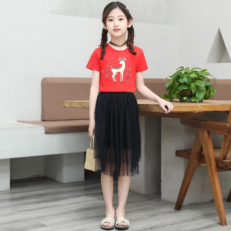 Vestido de rojo y vestido de Negro manchado carretera