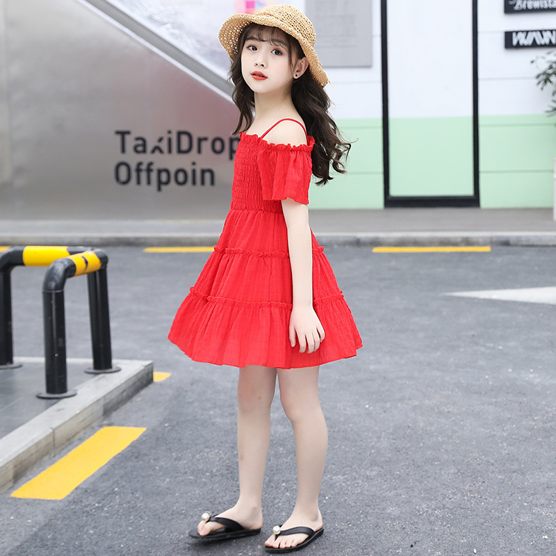 Que juega al fútbol con vestido rojo