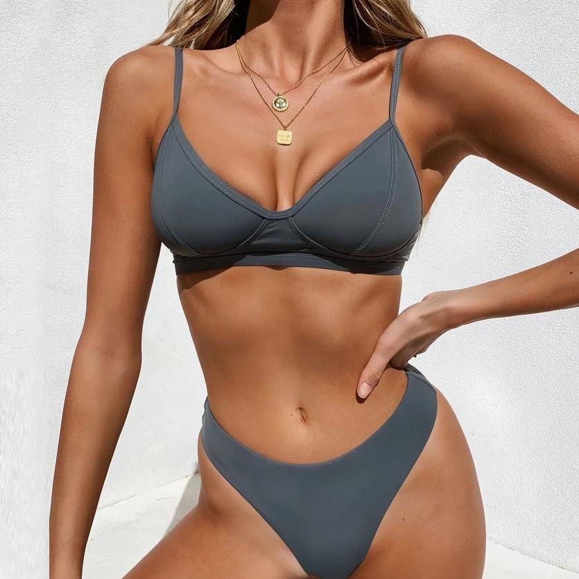 Grauer Bikini.
