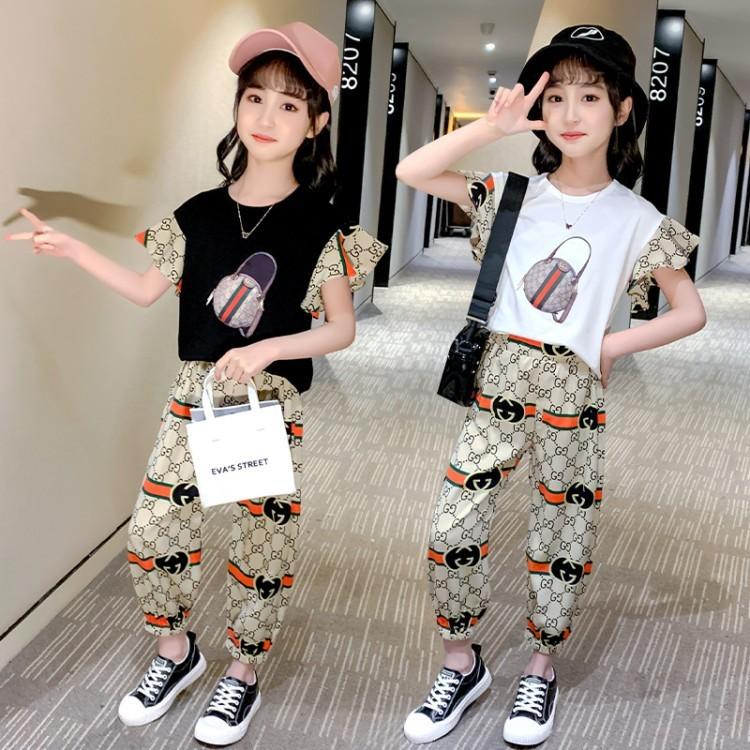 Eine junge Frau lernt, sich gut zu kleiden