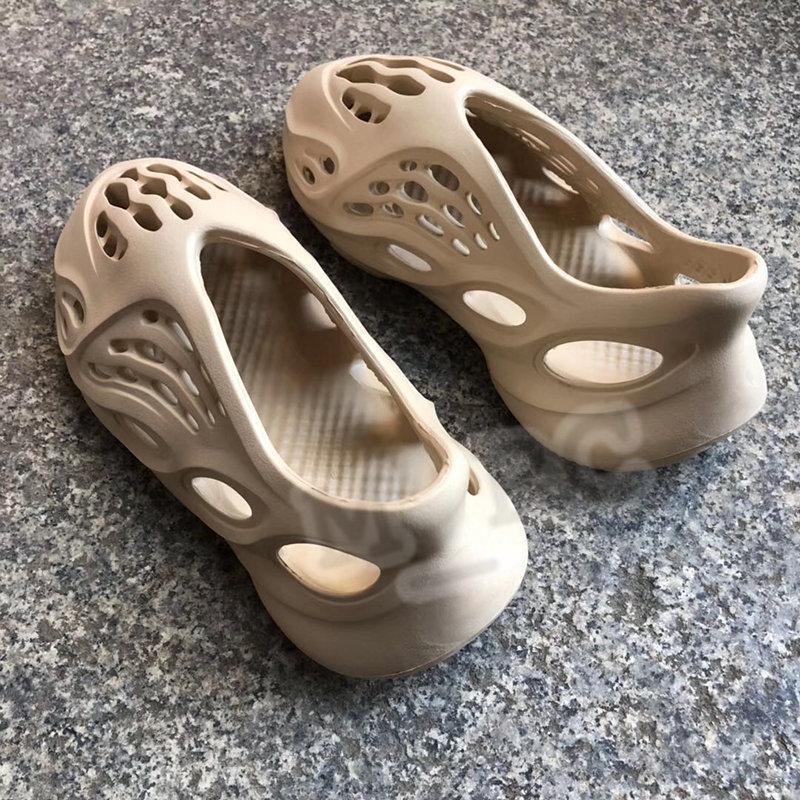 2020 New kanye sandals men women slipper foam runner desert sand resin bone earth brown triple black white mens beach slides
