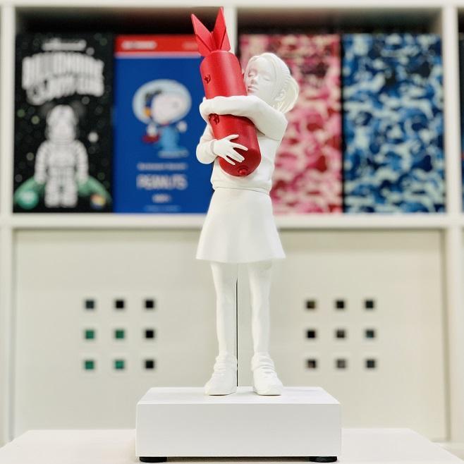 Luxurious 32CM Modern Art New Bomb Hugger Banksy Red/White Bomb Girl Street Art Resin Statue Creative Home Gifts Desktop Decor