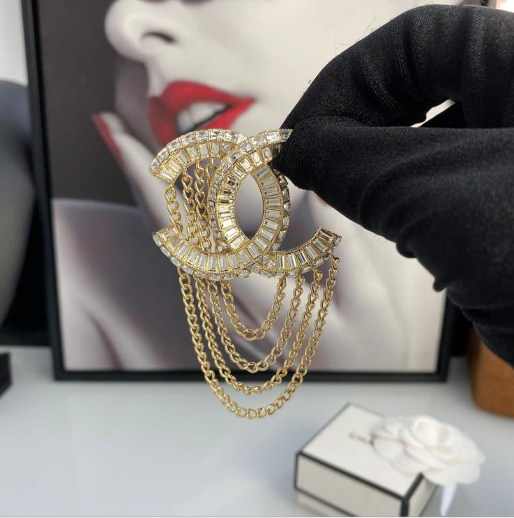 The new Rhinestone inlaid tassel chain brooch in early autumn is fashionable and atmospheric