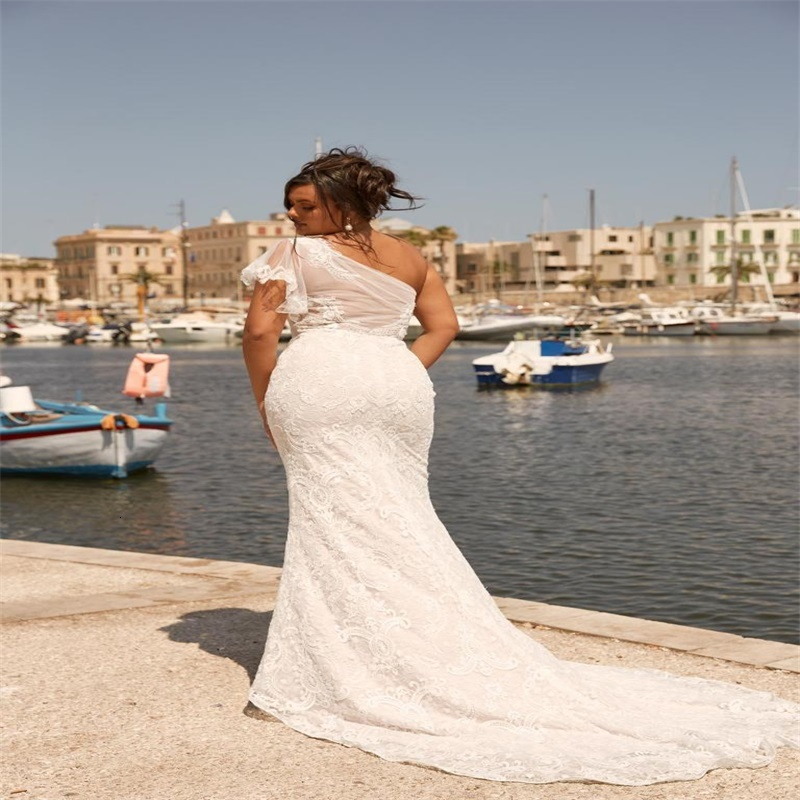Plus Size Beach Wedding Dresses Sexy One-shoulder Sleeveless Sweep Train Full Appliqued Lace Ruched Bridal Gown Custom Made Bridal Dress