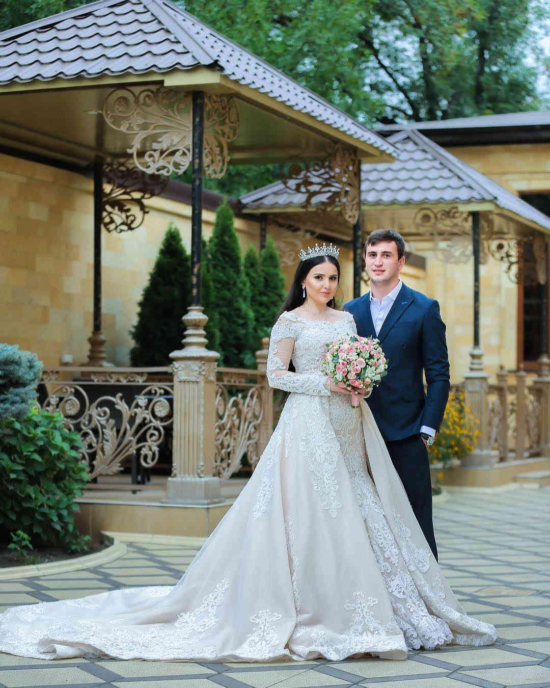 Saudi Arabic Plus Size Wedding Dresses Scoop Neck Long Sleeve A Line Bridal Gowns Sweep Train Lace Beach Wedding Dress