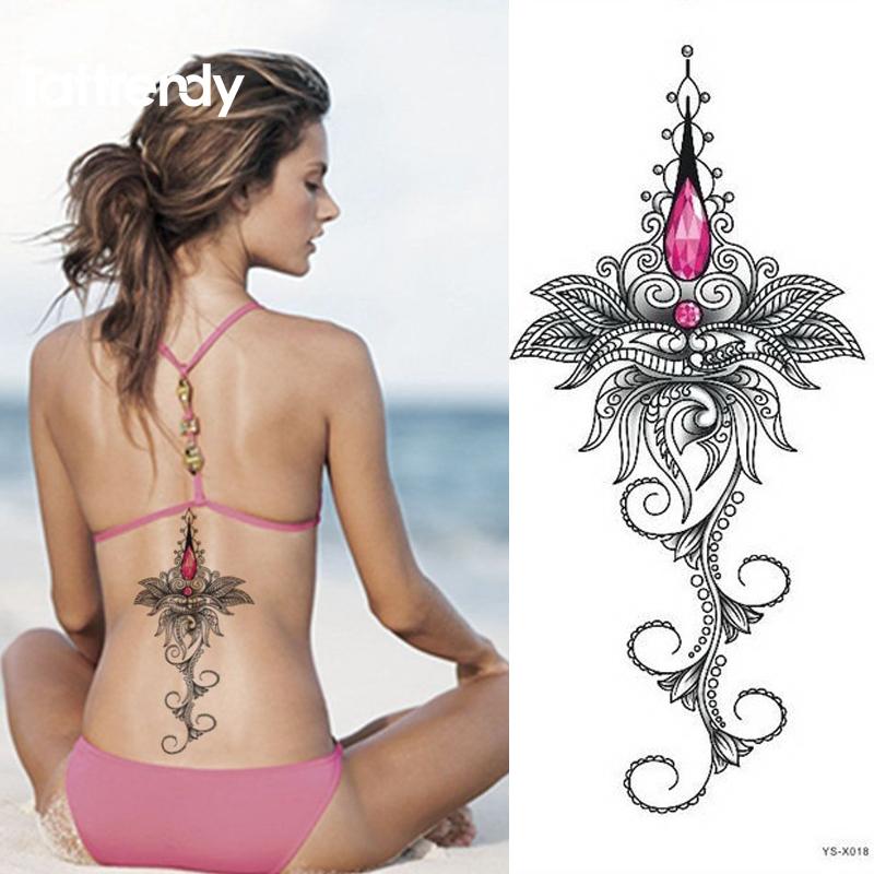 tatouage collier dos femme