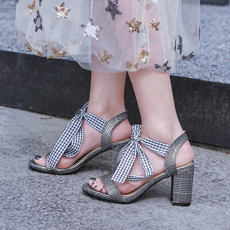 Sandalias ocasionales de las mujeres de la manera del verano Correa de Ankel Sandalias de los talones medios Formal Style Ladies Shoes Negro Blanco Rojo CerdaChic 2018