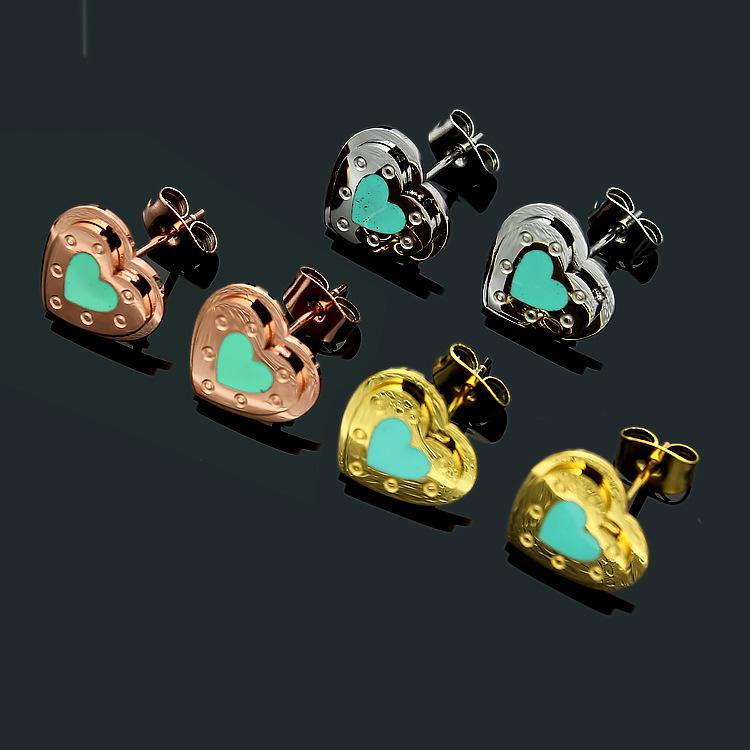 Nuevo. Un par de pequeño y lindo Jade Morado Corazón Clip en pendientes