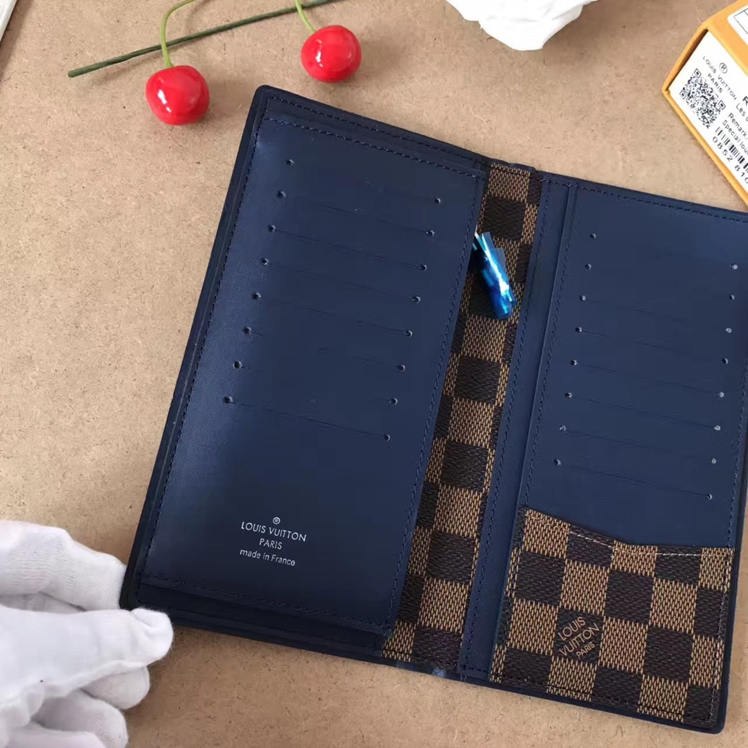 Quality Women Fashion Gifts Exquisite workmanship comfortable feel High end atmosphere Canvas inside colored leather Wallets 010604