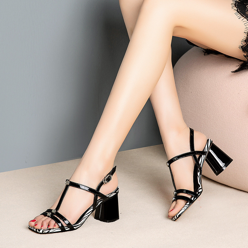 Hot2019 Toe Dew Fasciola With Metal Decoration Temperament Woman Sandals White Grace Spelling Color Wind