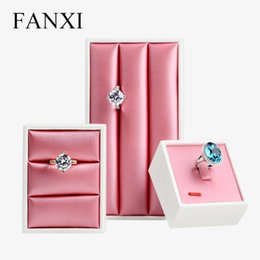 FANXI модный розовый красный цвет PU кожаный дисплей для ювелирных изделий  подставка под кольцо держателя для лотков для ювелирных изделий a2d04d77825